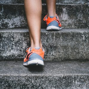 Urheilija juoksee portaita